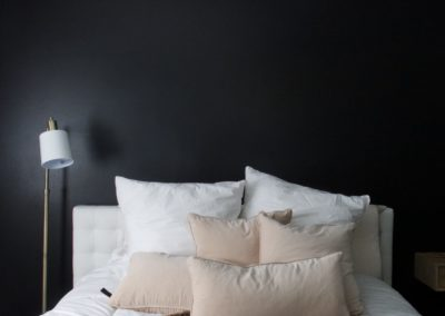 black-accent-bedroom-wall-black-trim